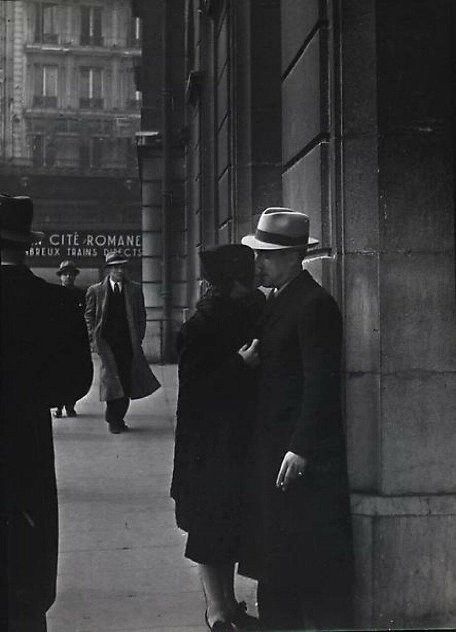 1937. Пара на вокзале Сен-Лазар