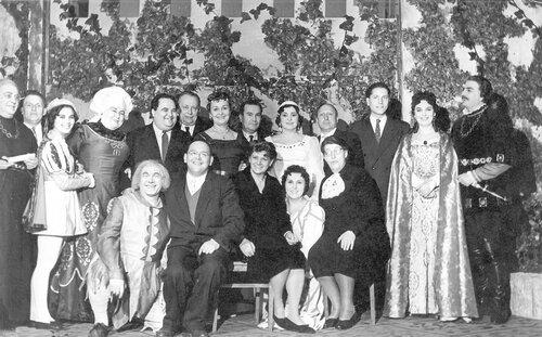 <a href='http://img-fotki.yandex.ru/get/5414/97867398.14/0_8258e_b05d8b3_orig.jpg'>Группа актеров Костромского театра после премьеры спектакля «Немой рыцарь»</a>