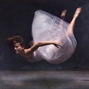 девушка летает