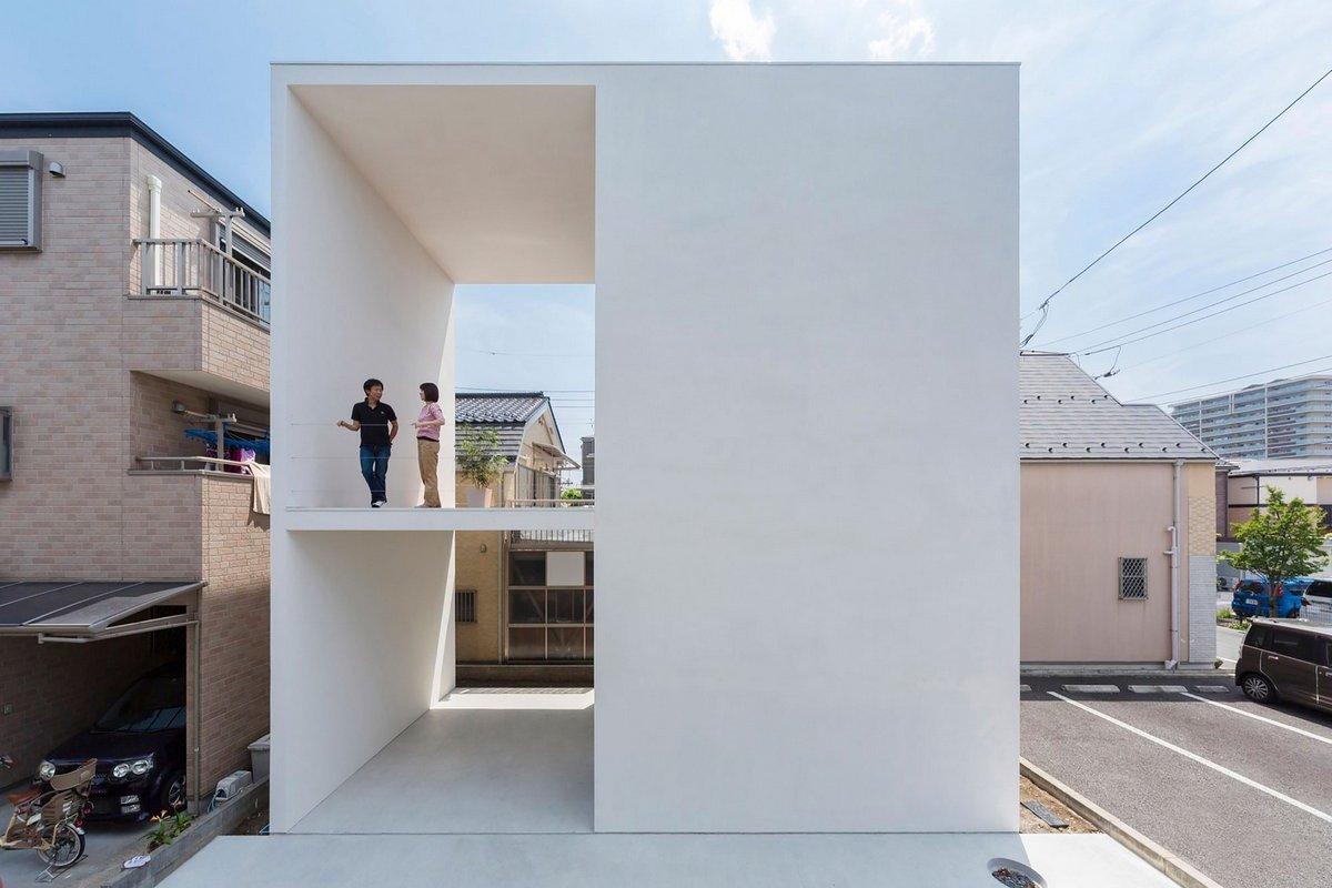 Маленький дом с большой террасой в Токио