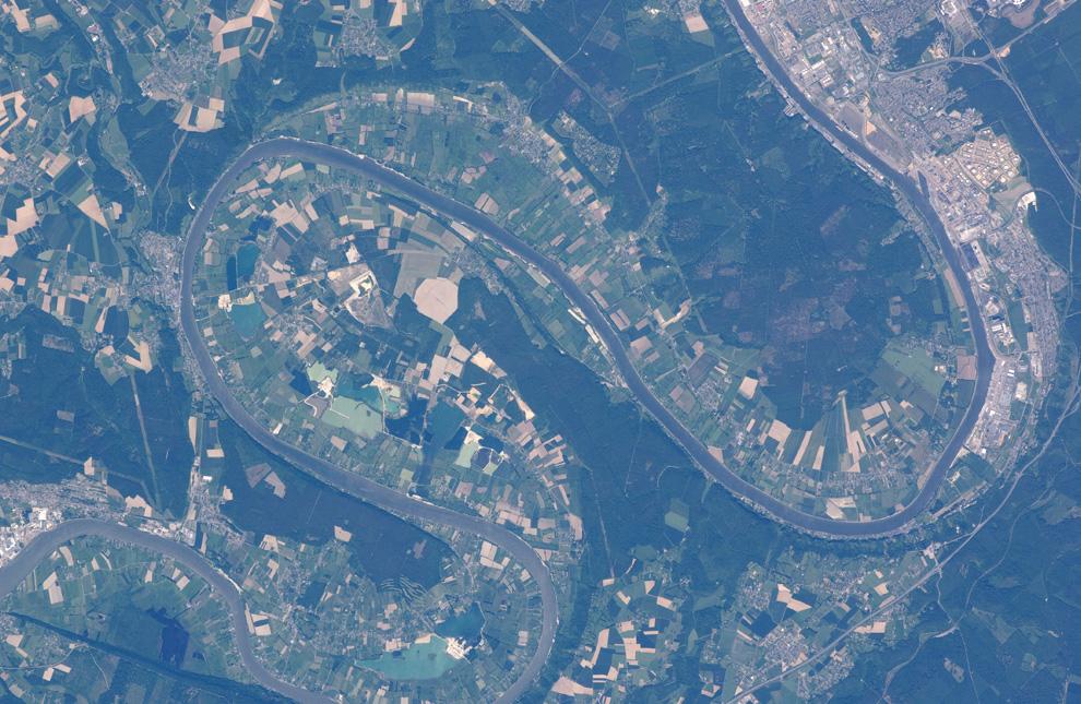 17) Река Сена, недалеко от французского города Руана. (NASA/JSC)