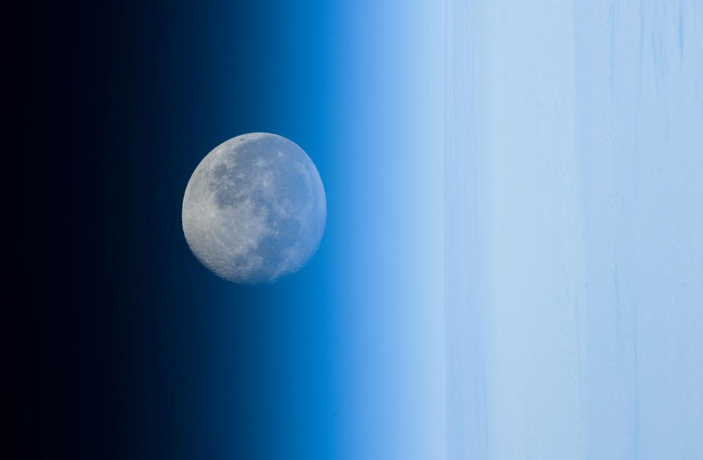 31) Убывающая луна над Тихим океаном 11 мая 2009, кажется искаженной, поскольку видна через земную а