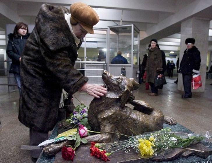 Между входом и выходом станции московского метро «Менделеевская» находится памятник «Сочувствие», из
