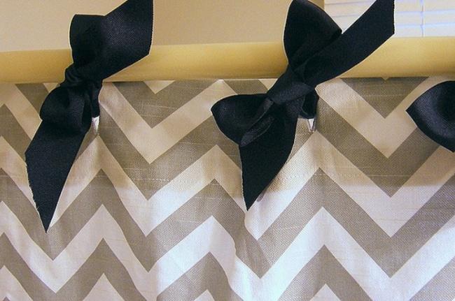 Бантами можно украсить занавески вванной.
