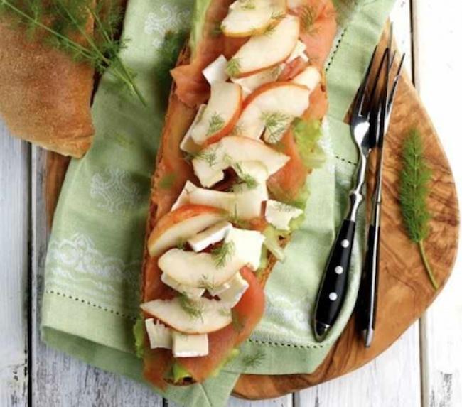 Вам понадобятся: 1багет 2ломтика копченого лосося половина груши 3ломтика сыра бри Приготовление: