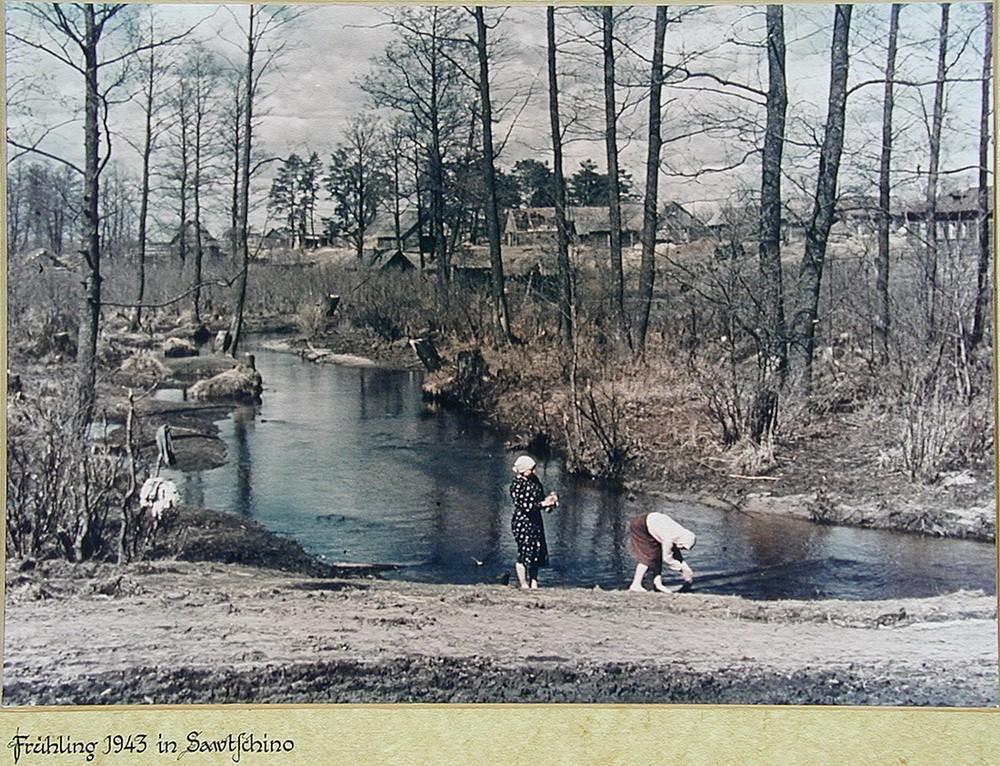 Советские крестьянки стирают белье в реке. Весна 1943 года. Калужская область Асмус Реммер является