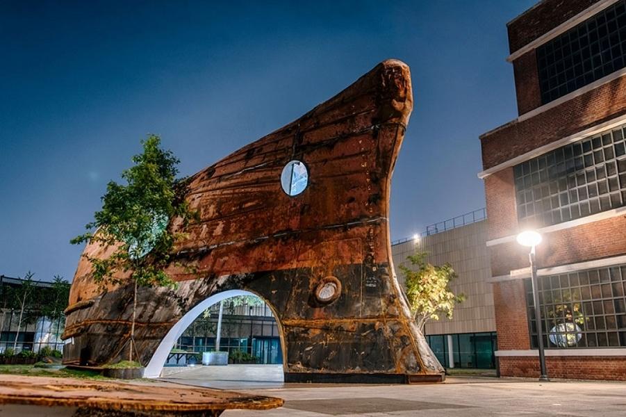Ржавый корпус старого корабля превращен в павильон искусств Эйри