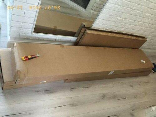 Пол коридора завален коробками