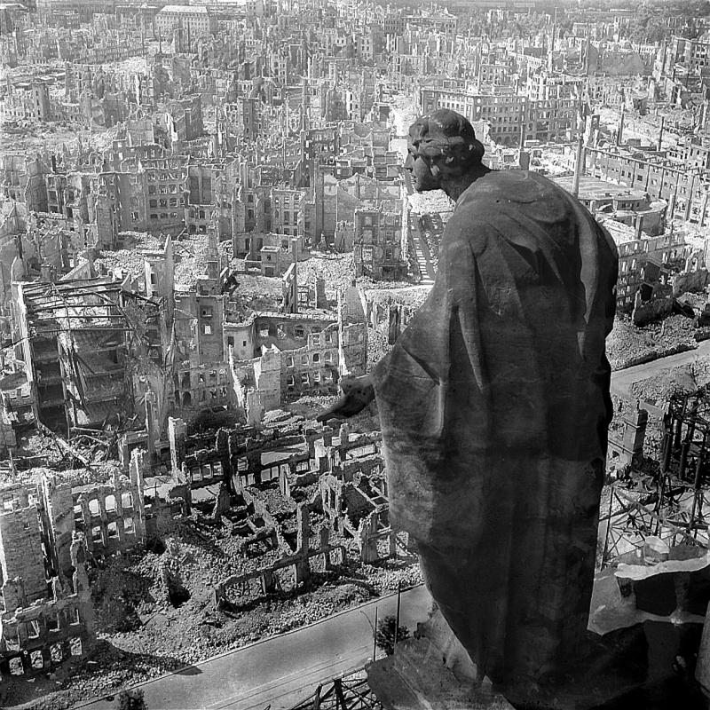 Руины Дрездена после союзных бомбардировок. Скульптура «Добро».jpg