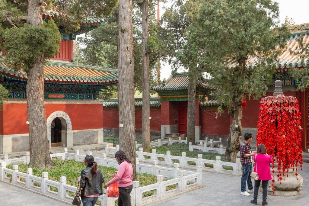 Двор Храма Колеса Закона, парк Бэйхай