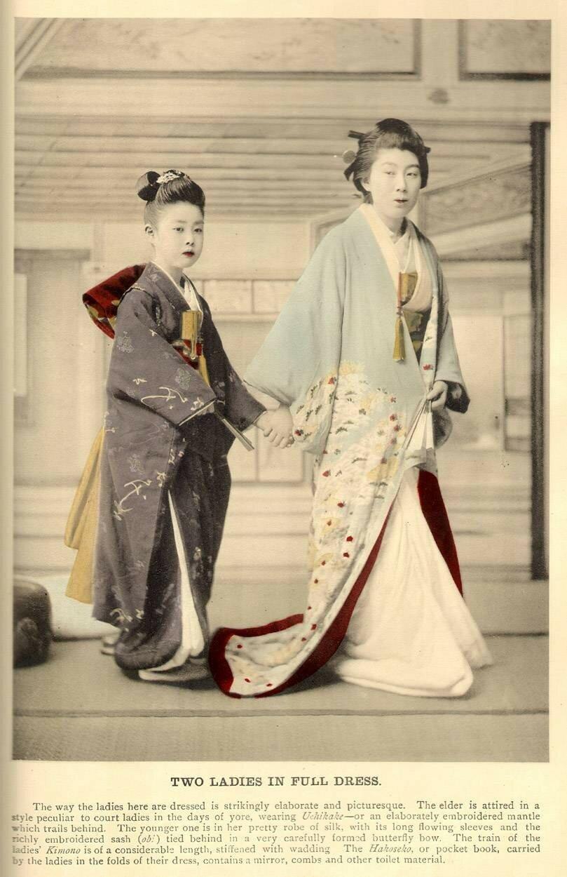 Две дамы в полном облачении