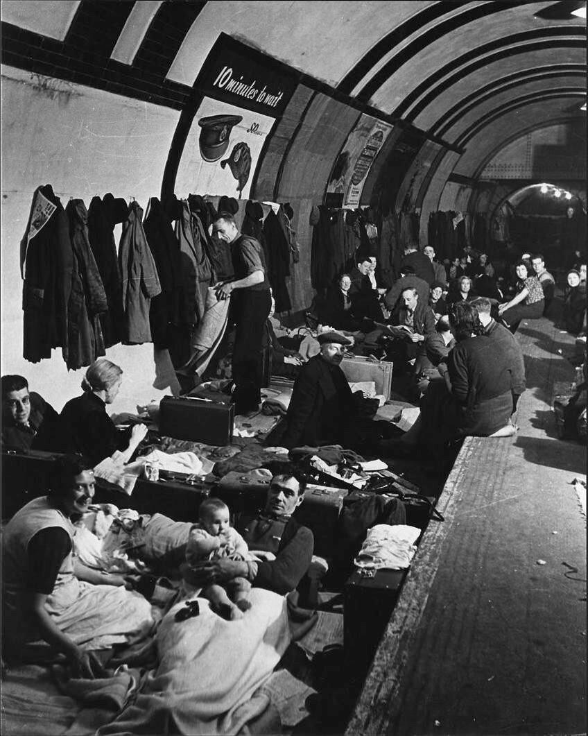 1940. Бомбоубежище на станции лондонского метро