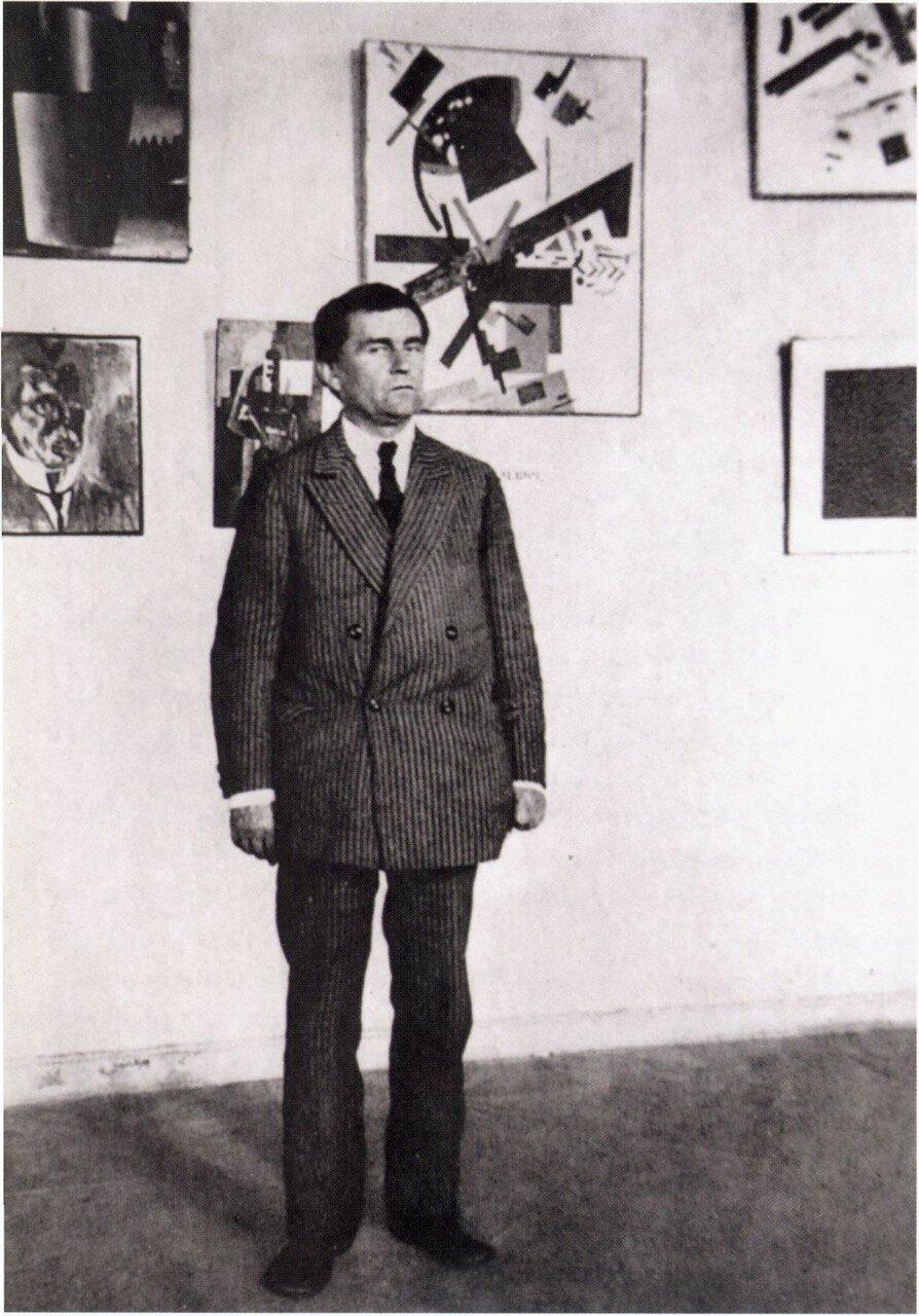 1924. Малевич у своих работ в Музее художественной культуры. Петроград