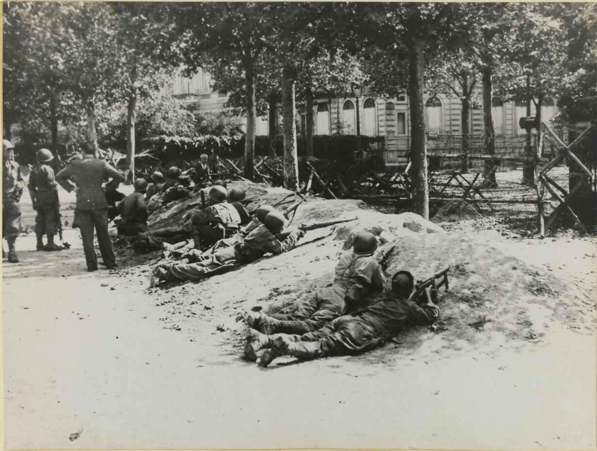 25 августа. Солдаты 2-й танковой дивизии возле отеля Маджестик на проспекте Клебера