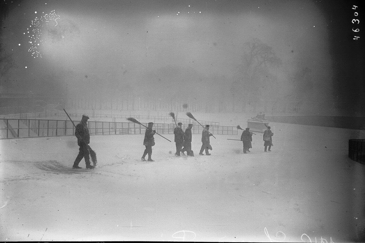 1916. Уборщики снега