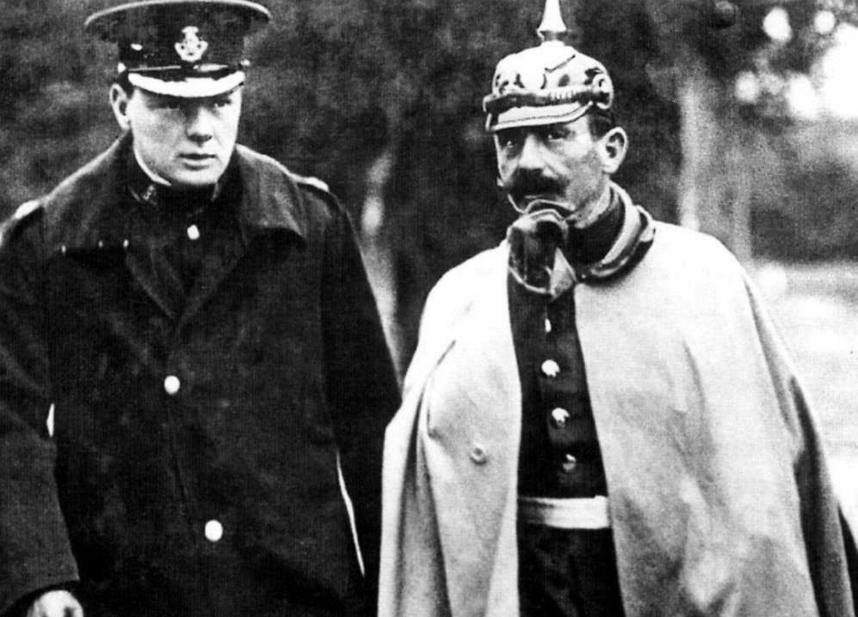 1909. Германский император Вильгельм II с Уинстоном Черчиллем во время маневров немецкой армии
