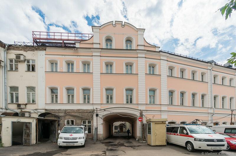 Торговое здание (1860-е, 1887, 1891, архитекторы Н. В. Никитин, В. Г. Залесский, М. И. Никифоров). Старопанский переулок, 3-1.