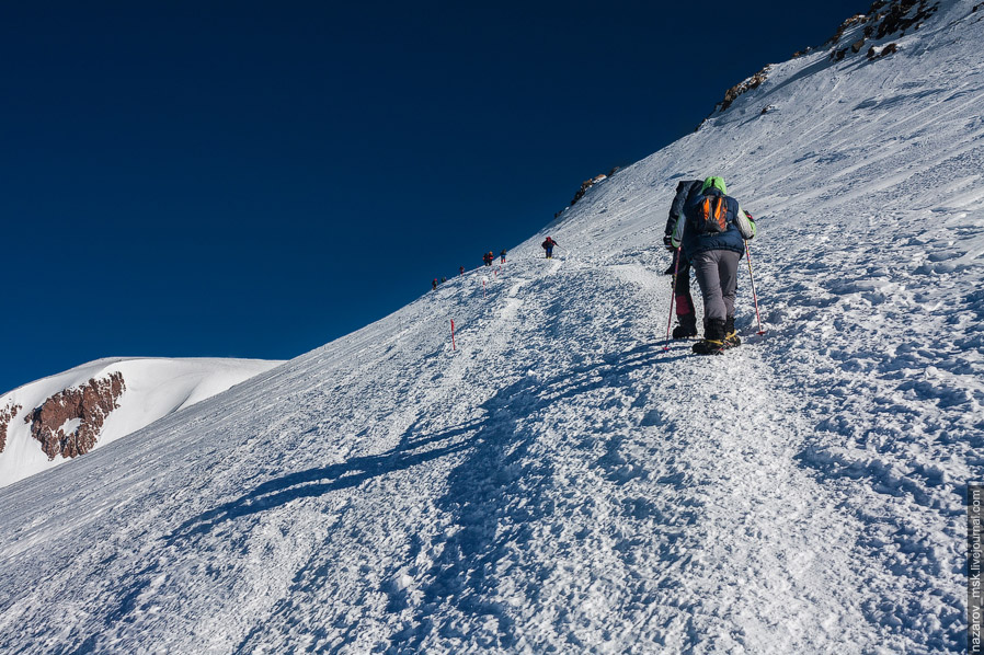 В 9 утра мы дошли до Седловины, расположенной на высоте 5 300 метров. До вершины оставалось все