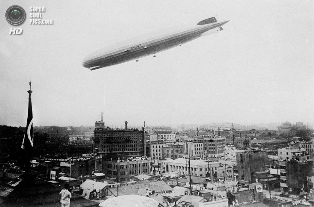 Япония. Токио. 19 августа 1929 года. «Граф Цеппелин» снижается для посадки в аэропорту Касумигау