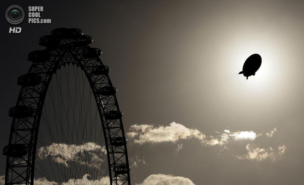 Великобритания. Лондон. 9 ноября 2006 года. Дирижабль, рекламирующий курорт в Дубаи, проплывает