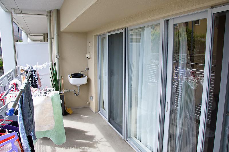 Опять же во всех новых домах на балконах или лоджиях есть умывальники с подведенной водой — чт