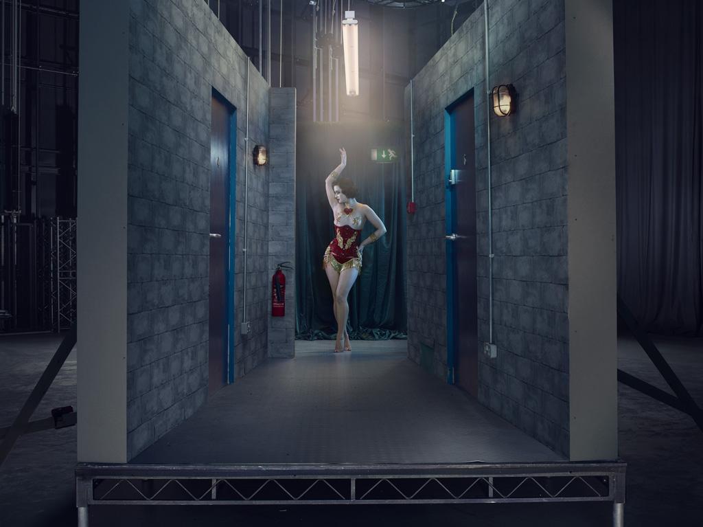 Элиза Де Лайт, танцовщица бурлеска. На всех отснятых кадрах, кроме двух, героини одни. Их тела обнаж