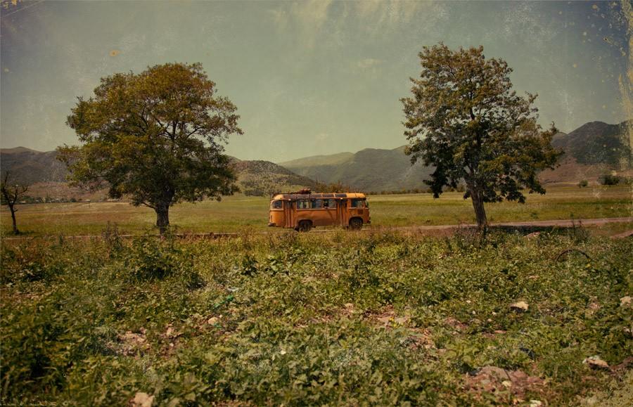 15. Наш автобус останавливается в первом попавшемся крупном селе. Мы растекаемся по окрестностям. Ту