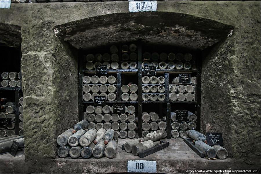 3. В стенах галереи оборудованы глубокие каменные ниши. В каждой из них находится до 300 бутылок с в