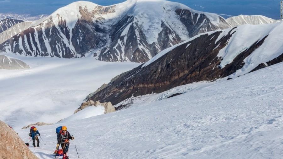 3. Зачастую экспедиция занимает три дня и все это время альпинисты несут и везут с собой на санях сн