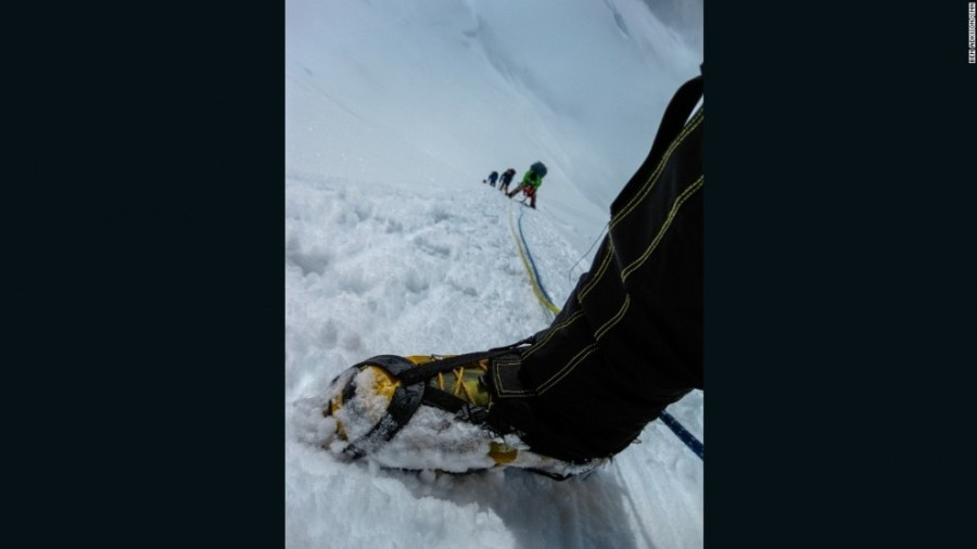 5. После промежуточного лагеря каждый альпинист пристегивается к тросу, чтобы безопасно подняться по
