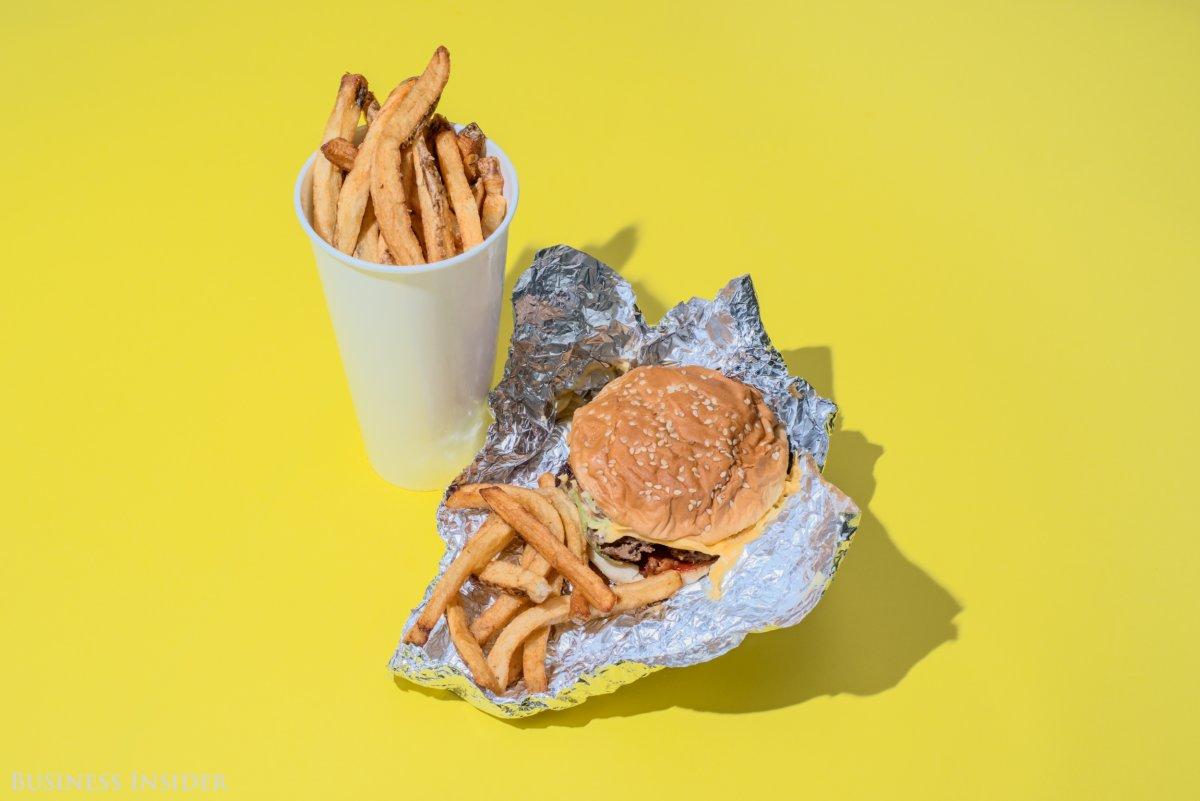 Five Guys Чизбургер с беконом, большой картофель фри. Калории — 2230.