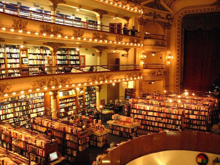 Ежегодно магазин посещают более миллиона человек, которые покупают около 700 тысяч книг.