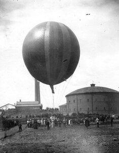 Публика во дворе Газового завода наблюдает за подъемом воздушного шара, изготовленного товариществом российско-американской мануфактуры Треугольник.