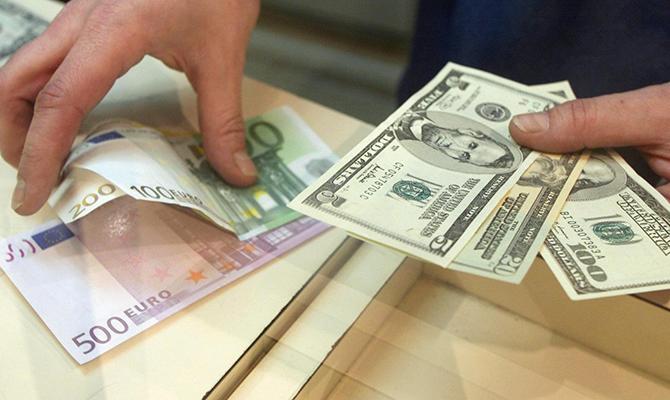 НБУ удвоил предел выдачи наличной валюты сосчетов клиентов банков