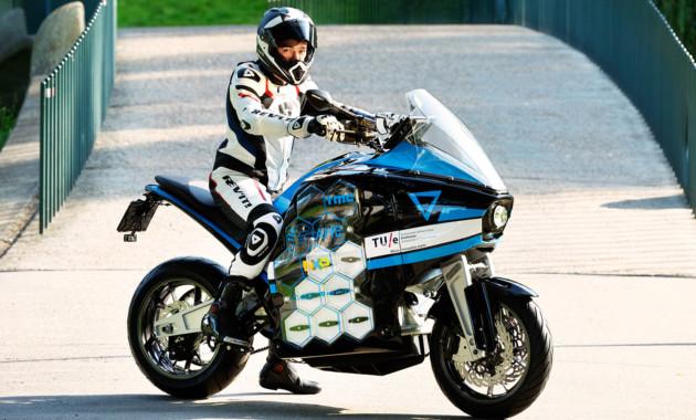 Студенты направились  вкругосветное путешествие наэлектрическом мотоцикле STORM Wave