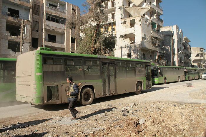 Боевики вСирии сожгли направлявшиеся для эвакуации граждан автобусы