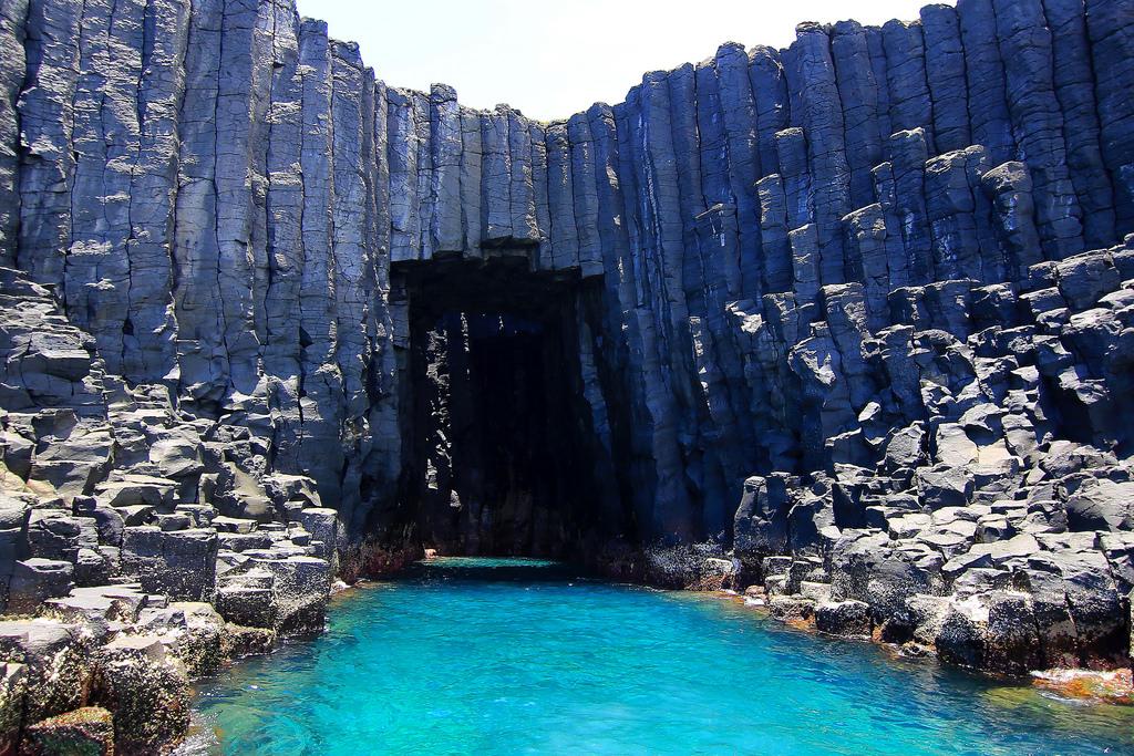 Фингалова пещера (Кронштейн, Шотландия) Базальтовые шестигранные колонны, образующие стены Фингаловой пещеры, имеют высоту до 20 метров.