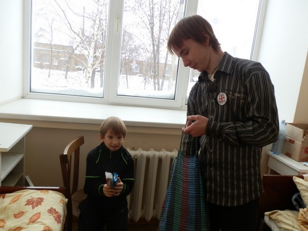 В Алчевске, на праздник святителя Николая, поздравили волонтеры детей находящихся в больницах
