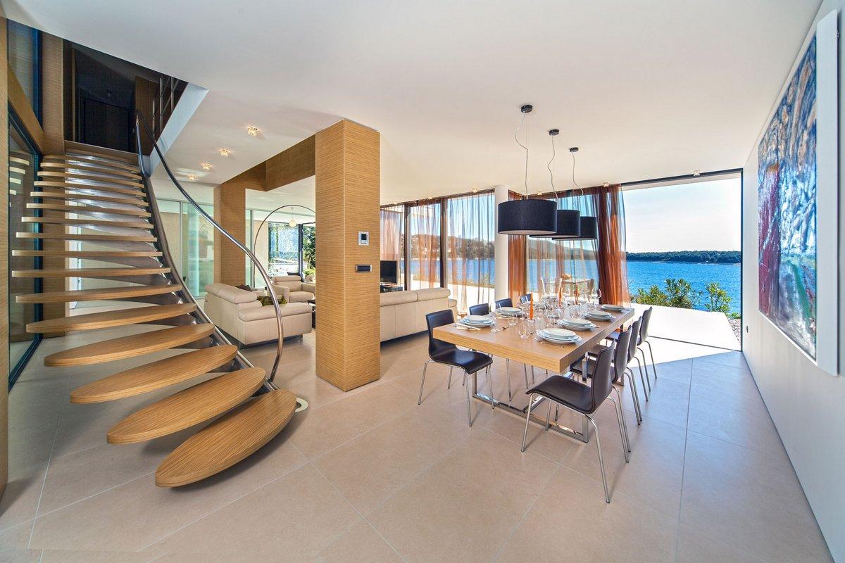 Красивая лестница в частном доме