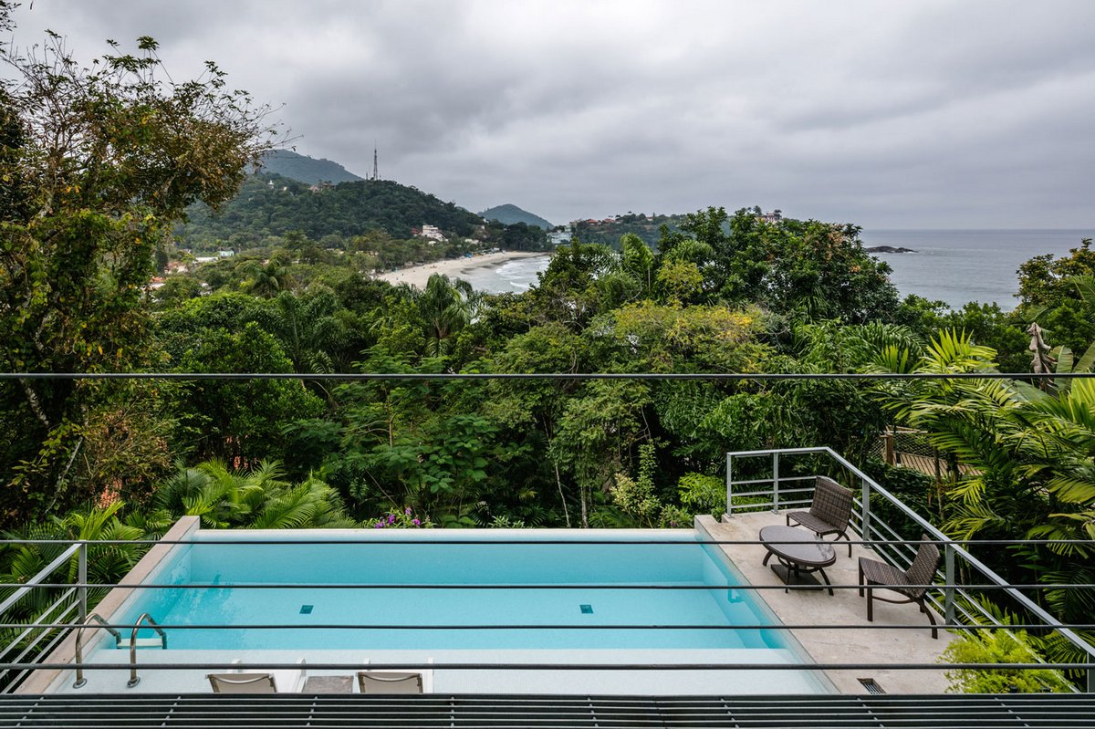 бассейн с видом на море