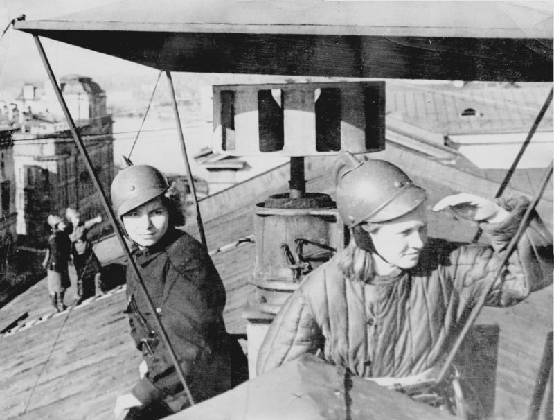 Девушки бойцы пожарной команды на крыше дома. Ленинград.jpg