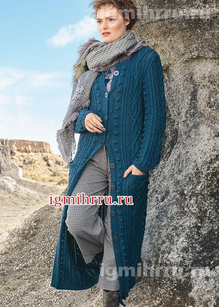 Длинное синее пальто с арановыми узорами и шишечками. Вязание спицами