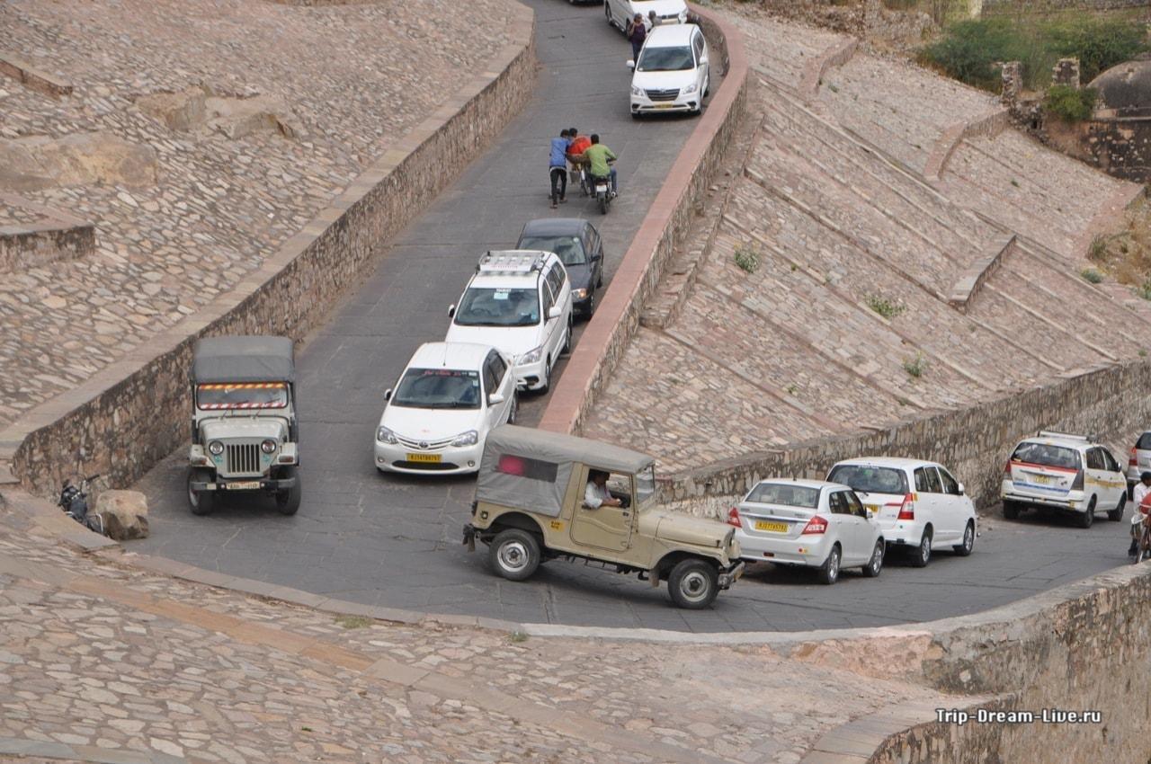 Таксисты паркуются прямо на серпантине