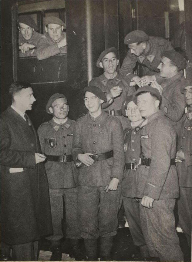 Большой отряд легионеров из Легиона французских добровольцев против большевизма покидают Париж, чтобы отправиться на Восточный фронт.