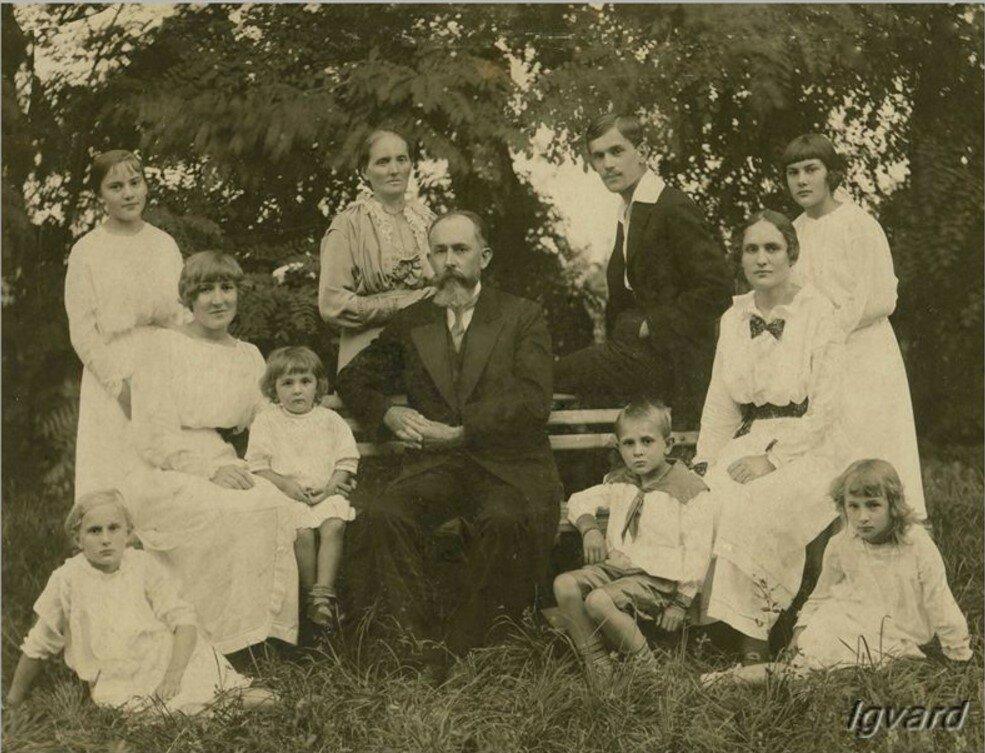 Семья Штульбергов по происхождению немцы.В семье было 9 детей. Старший сын Владимир (сидит на спинке лавочки) был женат на Наталье Барышниковой. В 40-е он годы был репрессирован, а жена Наталья с сыном выехала в Казахстан