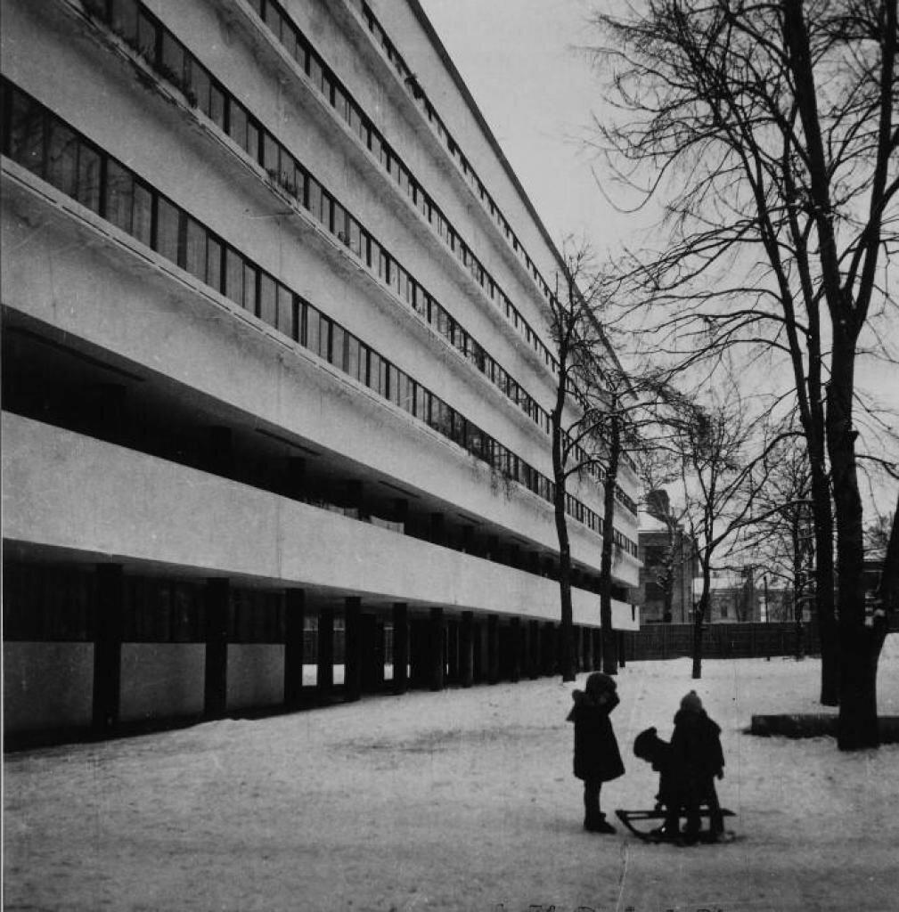 Во дворе здания зимой