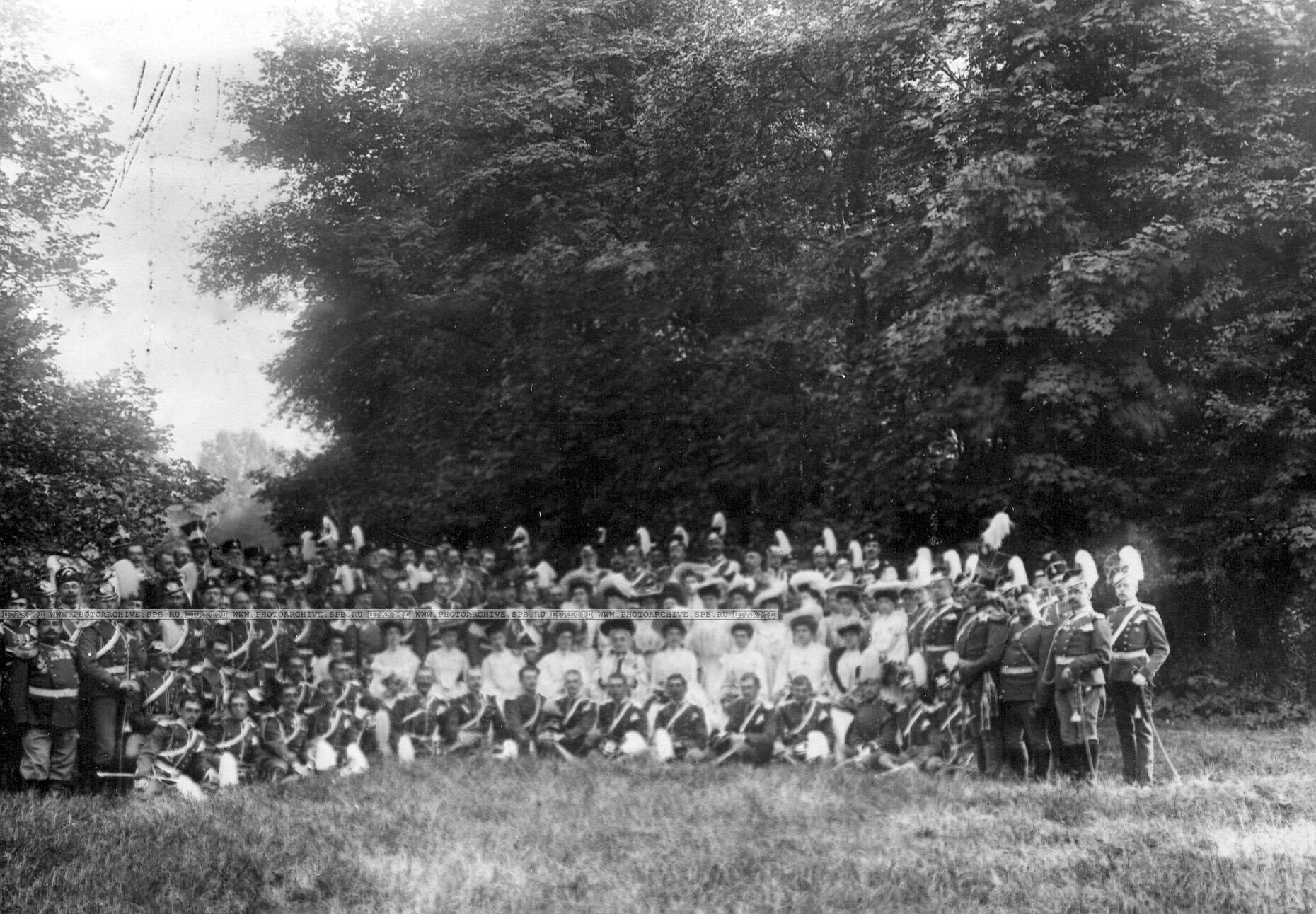 Император Николай II c группой офицеров и полковых дам в день празднования 250-летнего юбилея полка
