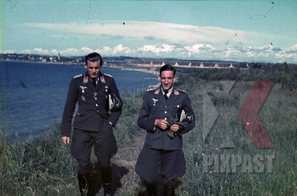 stock-photo-german-luftwaffe-flak-officers-spanish-cross-in-silver-civil-war-russia-1941-3-flak-abt-701--8050.jpg