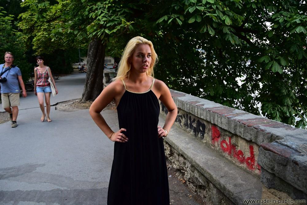 Karolina разделась и прогулялась по Праге