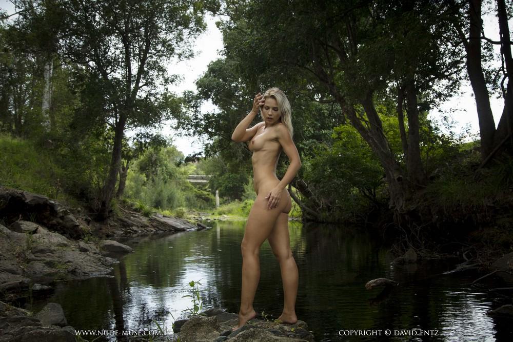 Обнаженная Jenni возле лесной реки